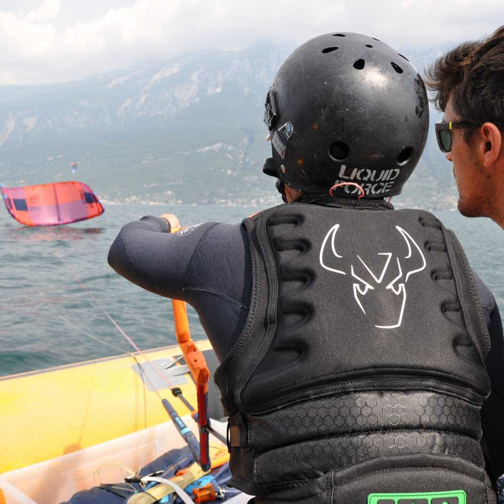 Easykite-1-instructor-in-the-lake