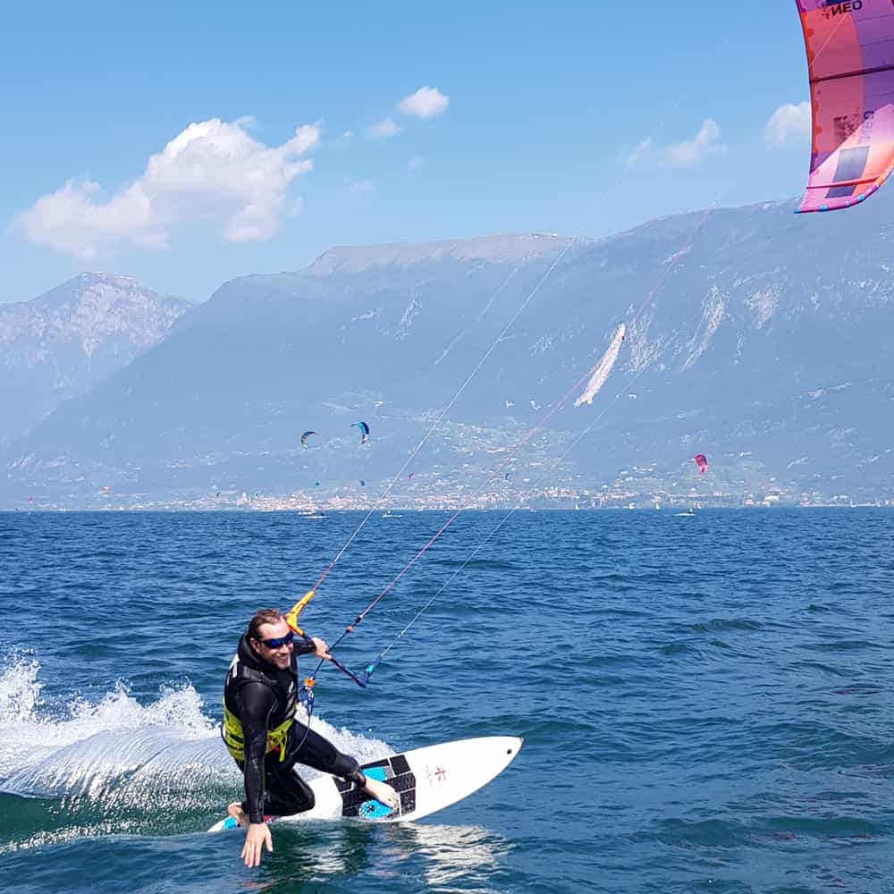 Easykite-4-board-man-hand-water